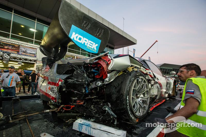 #15 Glorax Racing Ferrari 458 Italia GT3 torna ai box dopo un incidente