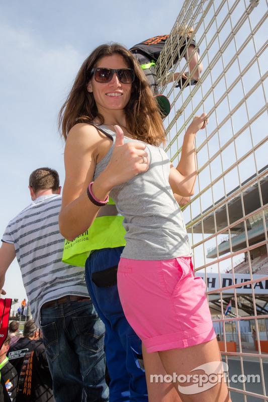 Cyndie Allemann merayakan di akhir balapan