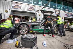 Pit stop para o # 2 Black Falcon Mercedes SLS AMG GT3: Abdulaziz Al Faisal, Hubert Haupt, Yelmer Buu