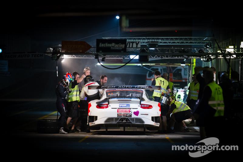 Pit stop for #11 Fach Auto Tech Porsche 997 GT3 R: Marcel Wagner, Heinz Bruder, Erwin Keller, Heinz Arnold, Matteo Cairoli