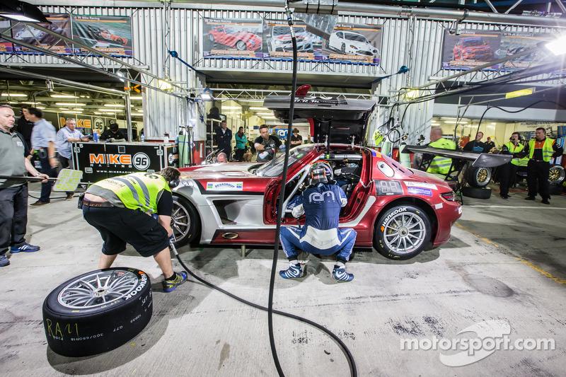 Pit stop untuk #30 Ram Racing Mercedes SLS AMG GT3: Cheerag Arya, Thomas Jäger, Tom Onslow-Cole, Ad