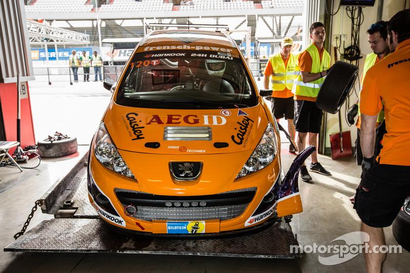 #120 Frensch Power Motorsport, Peugeot 207 RCR: Lisa Brunner, Martin Heidrich, Reinhard Nehls, Friedhelm Erlebach zurück in den Boxen nach einem Unfall