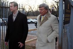 Kurt Busch y Rusty Harden salen de la corte del condado de Kent después de la audiencia sobre los autogos de maltrato por parte de su ex novia Patricia Driscoll