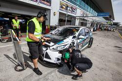 وقفة صيانة للسيارة المتضررة رقم 92 مارك كارز أستراليا مارك فوكس في8: جيمس كاي، عمرو الحماد، توني كارانفيلوفسكي