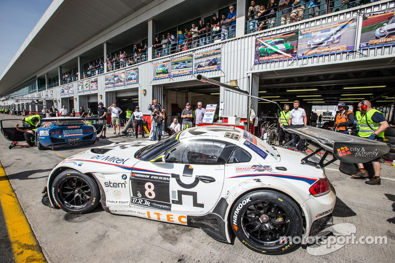 Pit stop for #8 Triple Eight BMW Z4 GT3: Lee Mowle, Joe Osborne, Jacques Duyver, Charlie Hollings