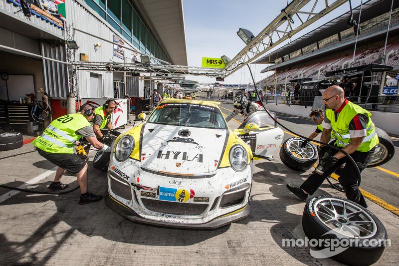 Pit stop untuk  #20 MRS GT-Racing Porsche 991 Cup: Manuel Nicolaidis, Olivier Baharian, Thierry Blaise, Johnson Huang
