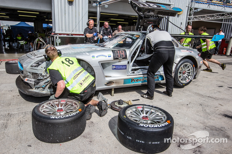 Boxenstopp für #18 Preci-Spark, Mercedes SLS AMG GT3: David Jones, Godfrey Jones, Philip Jones, Gare