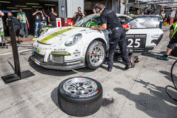 Pit stop #25 Black Falcon Porsche 991 Kupası: Burkard Kaiser, Manuel Metzger, Christian Raubach