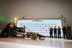 (Von links nach rechts): Nico Hülkenberg, Sahara Force India F1, und Sergio Perez, Sahara Force India F1, enthüllen das Design von Sahara Force India F1 2015