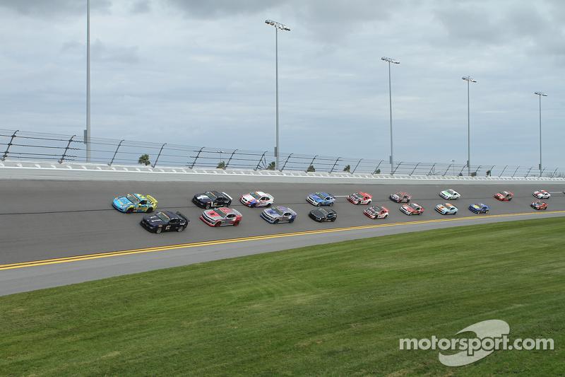 #15 Multimatic Motorsports, Mustang Boss 302R: Billy Johnson, Scott Maxwell und #13 Rum Bum Racing, Porsche 997: Matt Plumb, Hugh Plumb führen das Feld zum Start