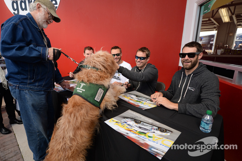 签名环节的一位高兴的车迷