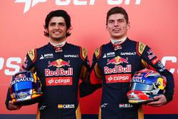 (da sinistra a destra): Carlos Sainz Jr., Scuderia Toro Rosso con il compagno di squadra Max Verstappen, Scuderia Toro Rosso