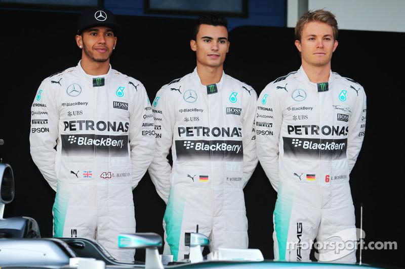 (da sinistra a destra): Lewis Hamilton, Mercedes AMG F1 con Pascal Wehrlein, terzo pilota Mercedes A