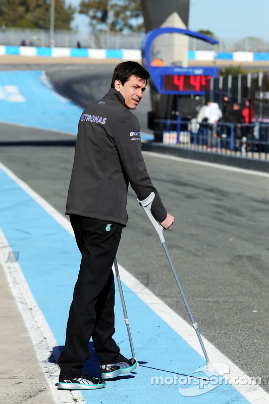 Paddy Lowe, Mercedes AMG F1 Executive Director, on crutches