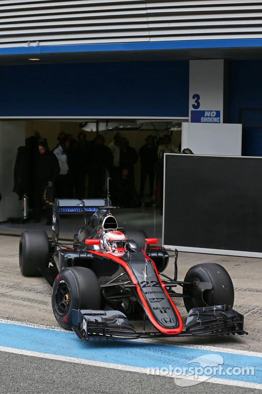 Jenson Button, McLaren MP4-30 deixa os boxes