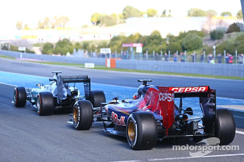 Lewis Hamilton, Mercedes AMG F1 W06, und Max Verstappen, Scuderia Toro Rosso STR10, am Ende der Boxe