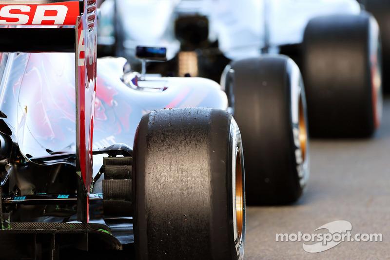 Max Verstappen, Scuderia Toro Rosso STR10, und Lewis Hamilton, Mercedes AMG F1 W06, am Ausgang der B