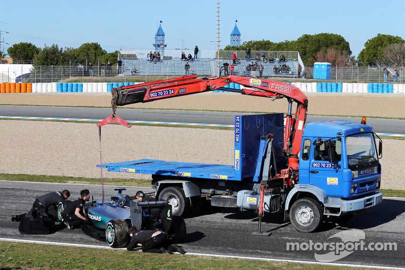 Der Mercedes AMG F1 W06 von Lewis Hamilton, Mercedes AMG F1, wird per Lastwagen zurück in die Box gebracht