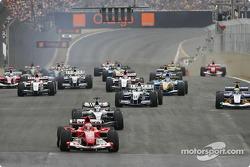 Start: Rubens Barrichello takes the lead in front of Kimi Raikkonen
