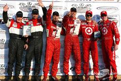 : les vainqueurs Scott Pruett et Max Papis, avec Butch Leitzinger et Elliott Forbes-Robinson, et Darren Manning et Scott Dixon