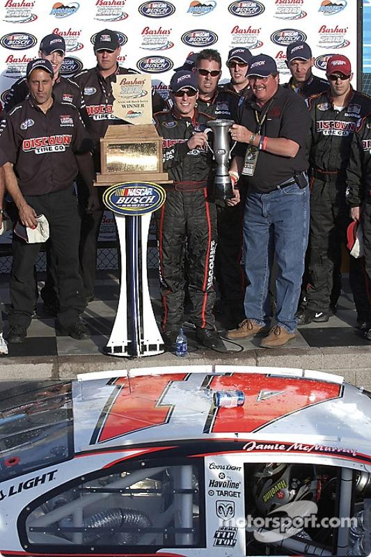Victory lane : Jamie McMurray reçoit le trophée du vainqueur