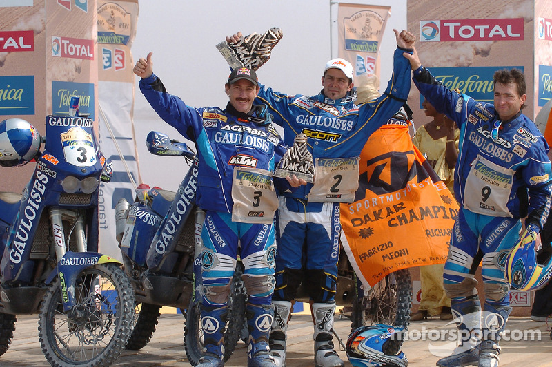 Podio: ganador Cyril Despres con Alfie Cox y Jean Brucy rinde homenaje a Fabrizio Meoni y Richard Sainct