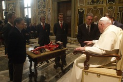 John Paul II Pope receives a Ferrari F1 scaled model from Jean Todt, Rubens Barrichello, Luca Badoer, Michael Schumacher ve Piero Ferrari