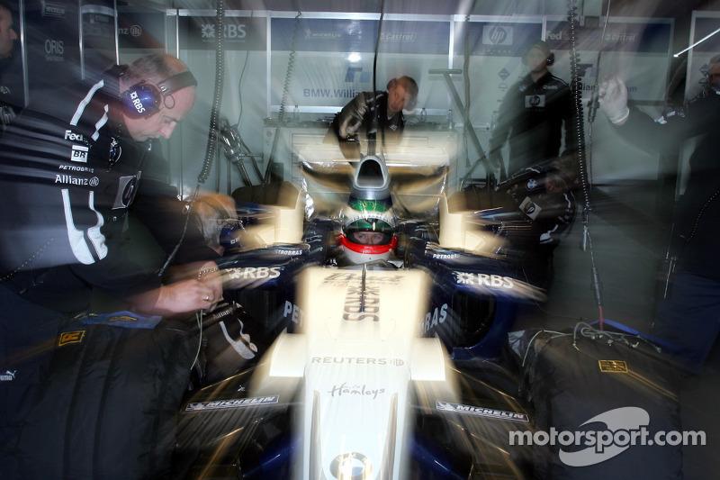 作为2004年欧洲房车锦标赛年度冠军的奖励,安迪·普里奥首测F1赛车