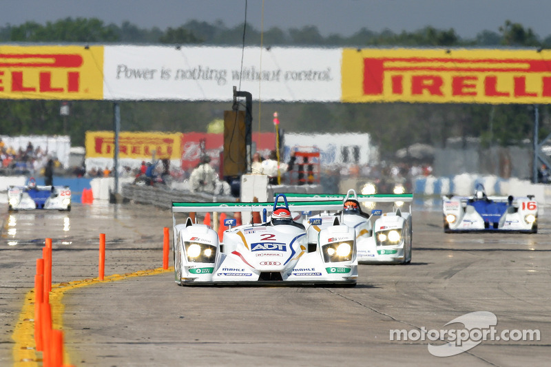 L'ADT Champion Racing Audi R8 N°1 de Frank Biela, Emanuele Pirro et Allan McNish mène devant l'ADT C
