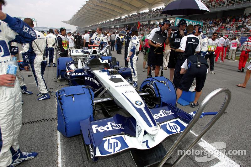 Miembros del equipo Williams-BMW en la parrilla de salida