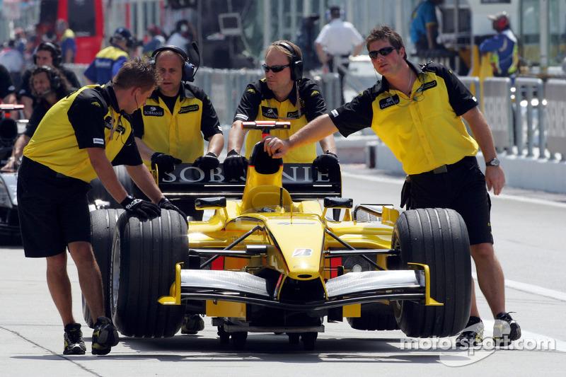Jordan miembros del equipo empujan el coche
