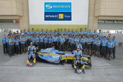 Фернандо Алонсо, Джанкарло Физикелла, Франк Монтани и Флавио Бриаторе вместе с командой Renault F1 team