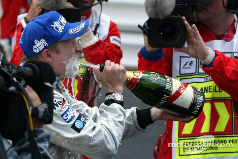 Champagne para el ganador de la carrera Kimi Raikkonen