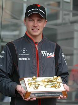 Kimi Raikkonen receives the Steinmetz trophy