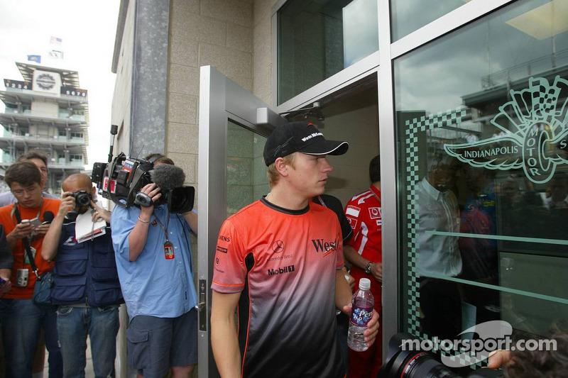 Kimi Raikkonen sale de la reunión de Michelin