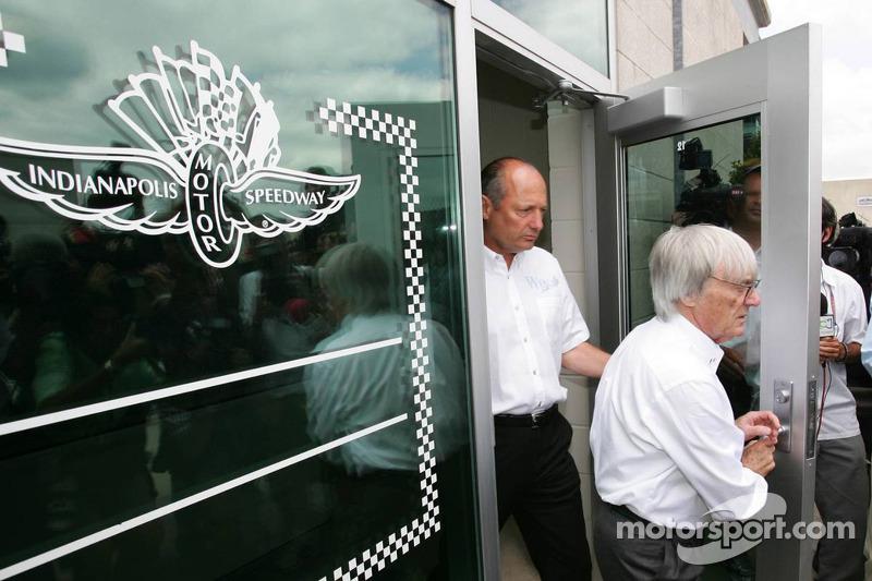 Ron Dennis y Bernie Ecclestone salen de la reunión con Michelin