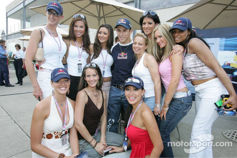 Christian Klien con las chicas Red Bull