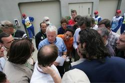 Charlie Whiting mit der Presse