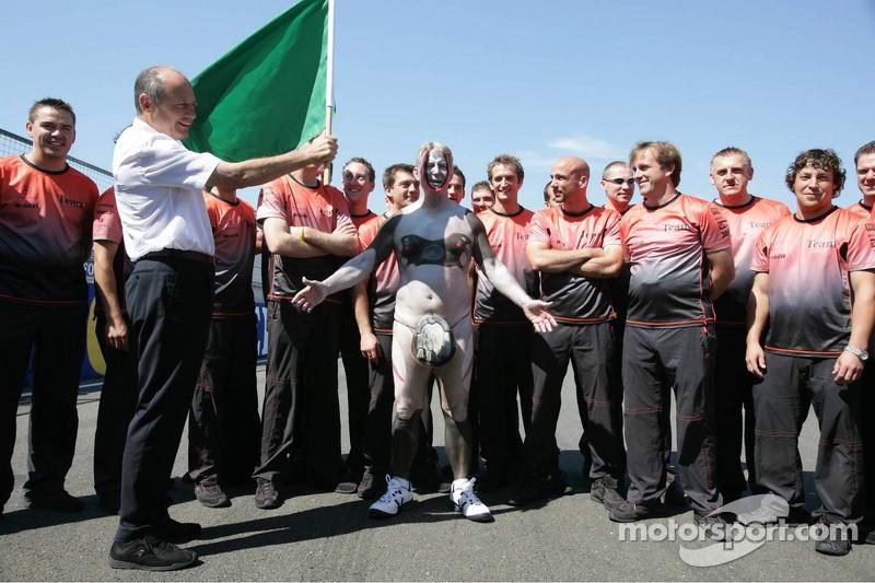 Periodista Bob McKenzie corre desnudo alrededor de Silverstone tras una promesa hecha si McLaren ganaba una carrera en el año 2004