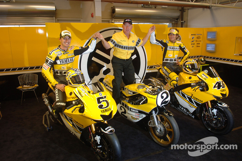 Colin Edwards and Valentino Rossi pose in Yamaha Gauloises Team pit box at US GP