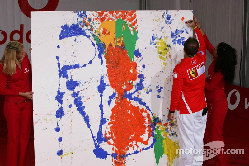 Evento de Vodafone en Hockenheim Talhaus: Rubens Barrichello signs his artwork