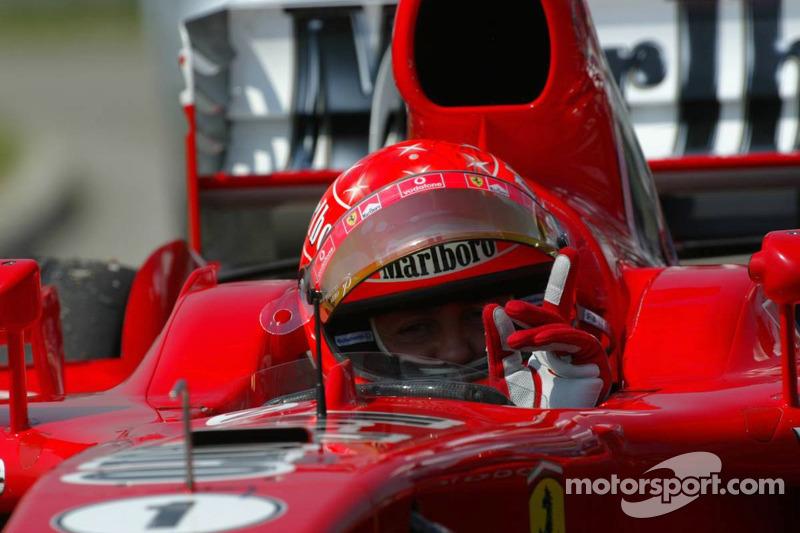 Michael Schumacher se detiene sobre la pista