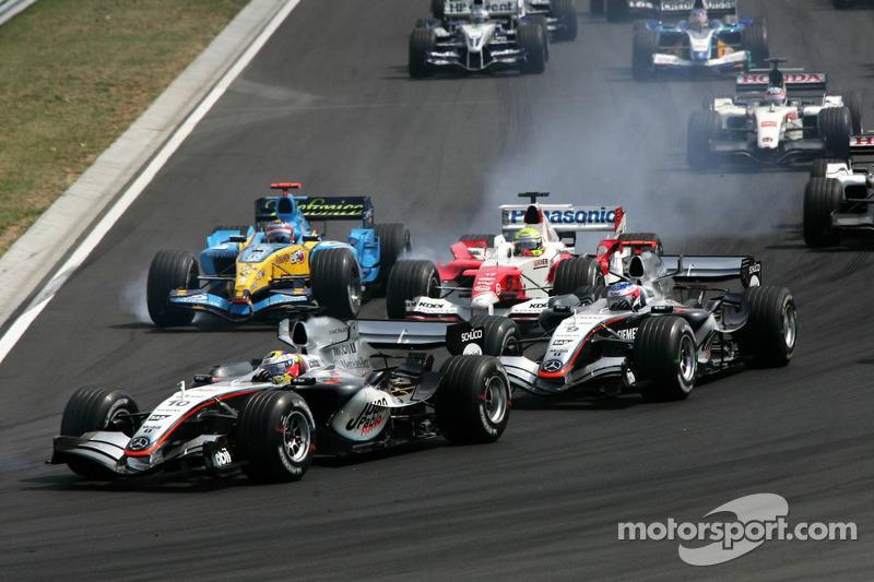 Juan Pablo Montoya, Kimi Raikkonen, Ralf Schumacher and Fernando Alonso battle in the first corner