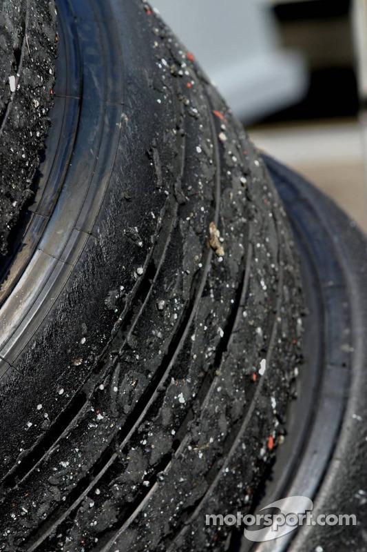 Neumáticos usados y sucios después de la carrera