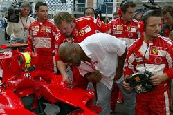 Mike Tyson regarde l'intérieur de la Ferrari