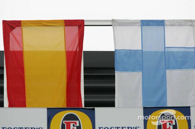 Podio: banderas de los contendientes por el Campeonato de conductores de 2005