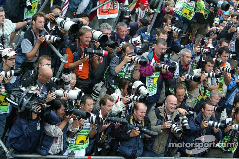 Fotógrafos listos para disparar a la ceremonia de podio