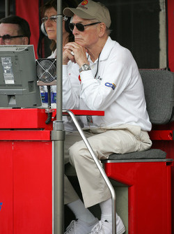Paul Newman watches pitstop action