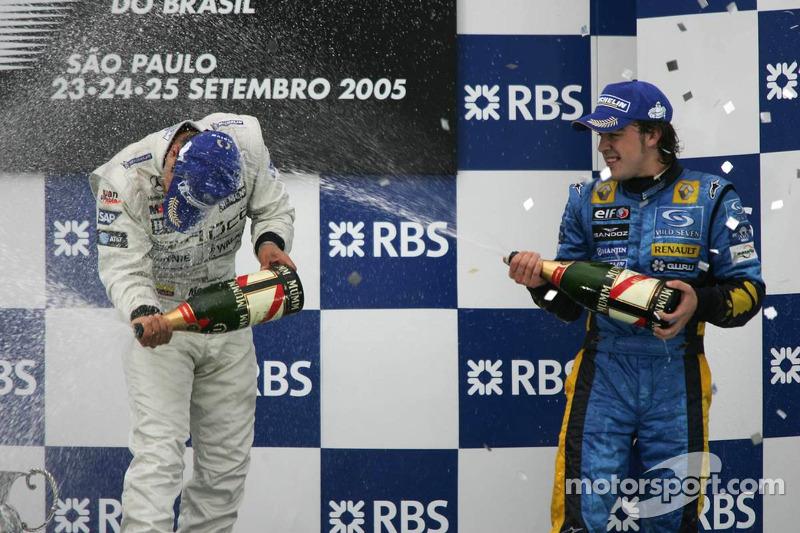Podio: champagne para Juan Pablo Montoya y Fernando Alonso
