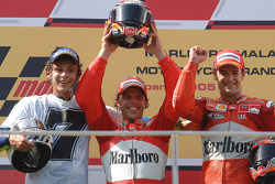 Podium: 1. Loris Capirossi, 2. und Weltmeister Valentino Rossi, 3. Carlos Checa